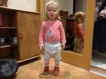 Kata on esimest korda endale ise püksid jalga pusinud! (Tagurpidi olid need juba varasemast, enne potileminekut kiskusin need tal kiiruga jalast)